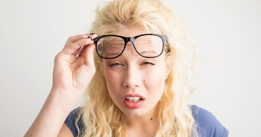 6 порад допоможуть зберегти пружність шкіри навколо очей, якщо постійно жмуритися