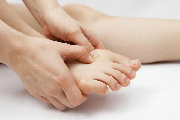 Болить підошва ноги близько пальців Чим лікувати народні засоби