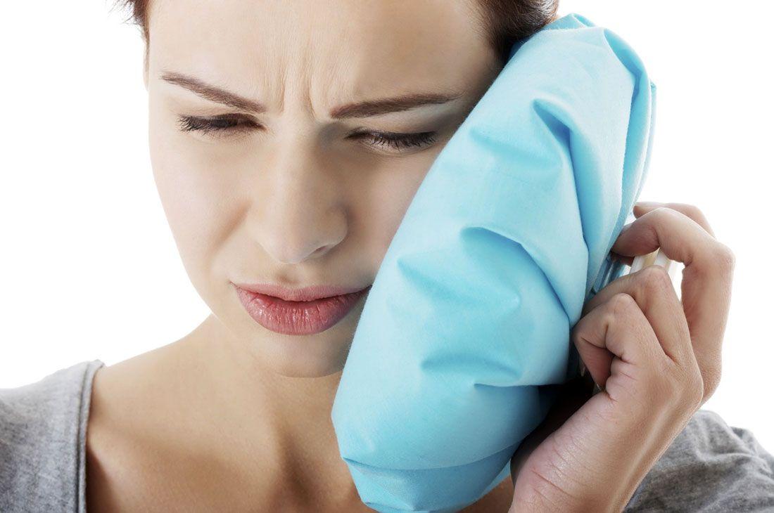 Чому булькає у вусі і як це лікувати