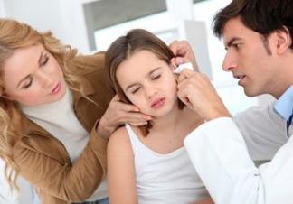 Чому дитина чухає вухо