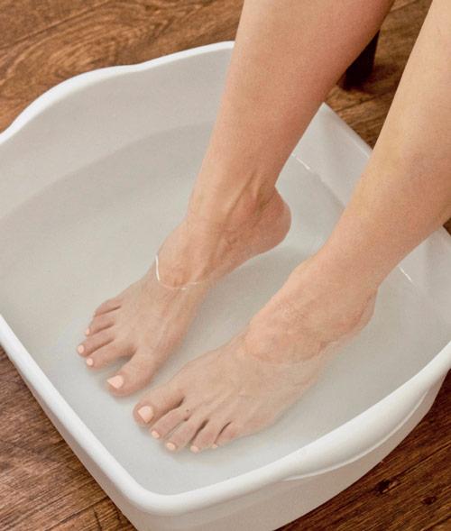 Ефективні способи розмочити огрубілу шкіру п'ят у ванни з морською сіллю
