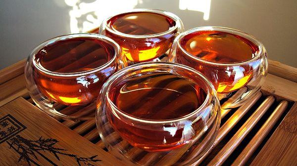 Китайський червоний чай з нотками квіткових композицій