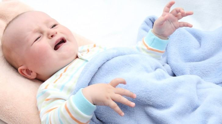 Лікування нежиті у немовлят грудним молоком, можна капати? Грудне молоко від нежитю у немовлят.
