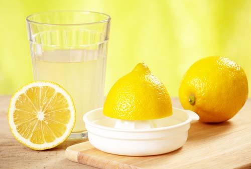 Лимон проти прищів – застосування в масках соку лимона