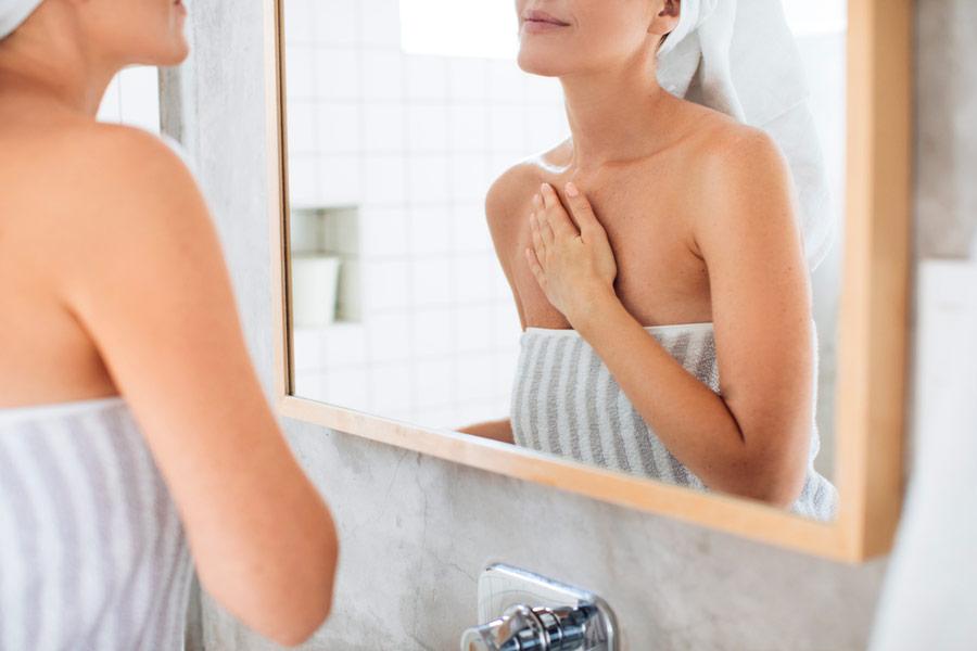 Прості домашні методи допоможуть зберегти красу і ніжність шкіри декольте