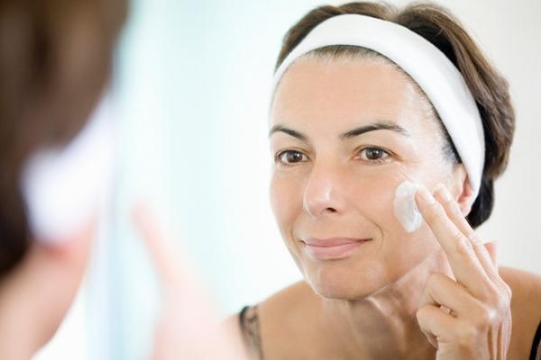 Як правильно наносити крем на шкіру обличчя?