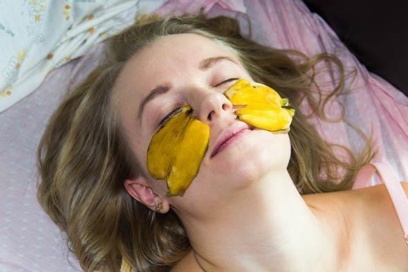 Як використовувати бананову шкірку з користю для шкіри – 6 методів